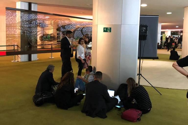Jornalistas no chão do plenário do salão verde