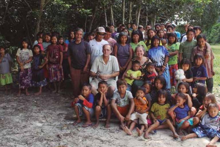 Casal de missionários norte-americanos Steve e Robin Campbell posa para foto cercado por índios da etnia jamamadi, no sul do Amazonas