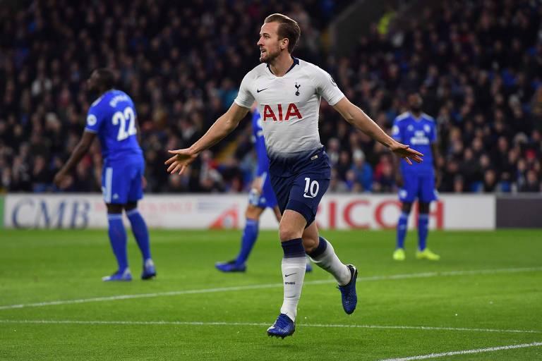 Atacante do Tottenham Harry Kane comemora após marcar o primeiro gol da vitória de sua equipe contra o Cardiff
