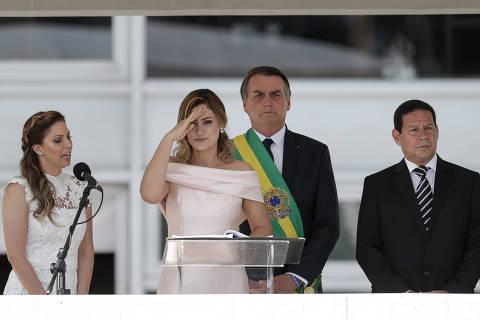 Michelle diz ter avisado Bolsonaro sobre discurso em libras duas horas antes de sair para a cerimônia