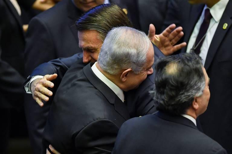 DUrante sua posse em Brasília, o presidente brasileiro Jair Bolsonaro abraça o premiê israelense Binyamin Netanyahu