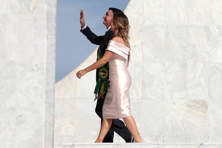 A primeira-dama, Michelle, escolheu um modelo acetinado e com decote canoa para a posse de Bolsonaro
