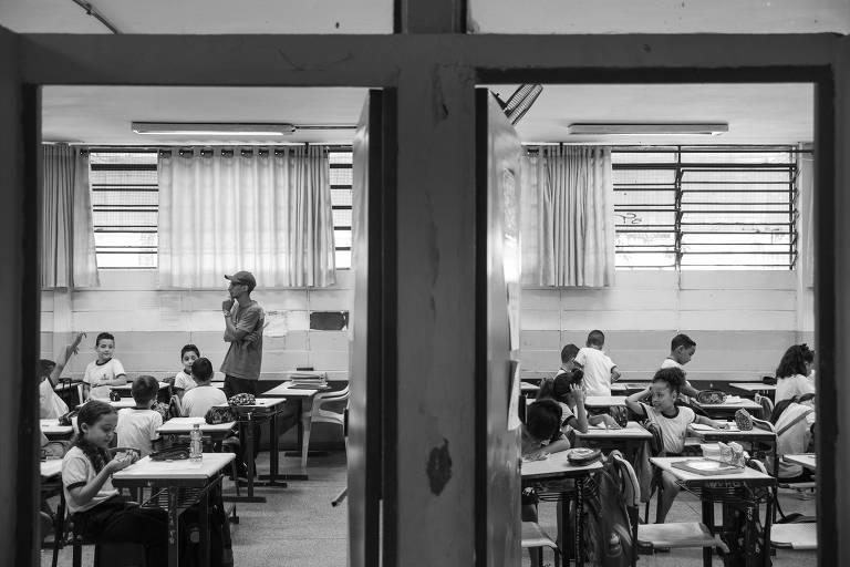 Alunos durante aula em escola de ensino fundamental na zona leste paulista