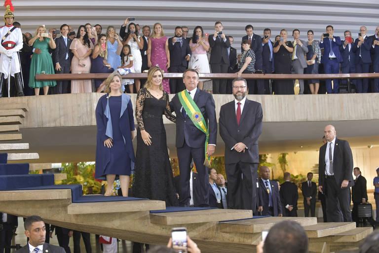 O presidente Jair Bolsonaro, Michelle Bolsonaro e o ministro das Relações Exteriores, Ernesto Araújo posam para foto em evento no Itamaraty
