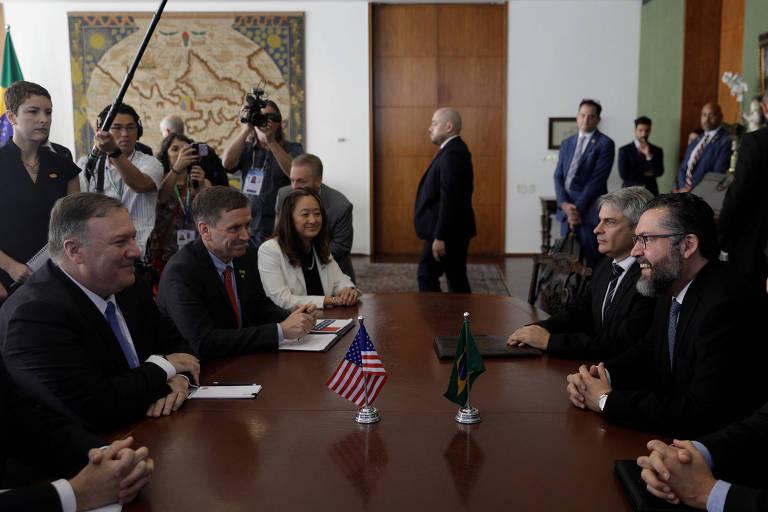 O novo chanceler brasileiro, Ernesto Araújo, e o secretário de Estado dos EUA, Mike Pompeo, durante o encontro em Brasília