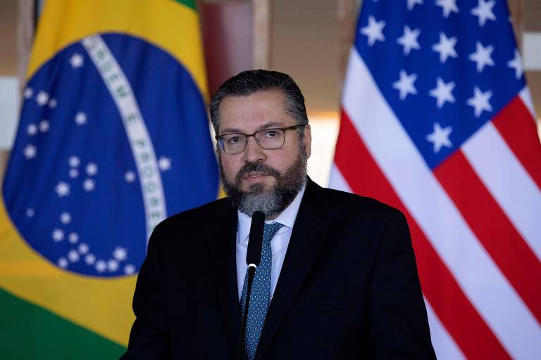 O chanceler Ernesto Araújo durante entrevista em Brasília nesta quarta-feira (2)