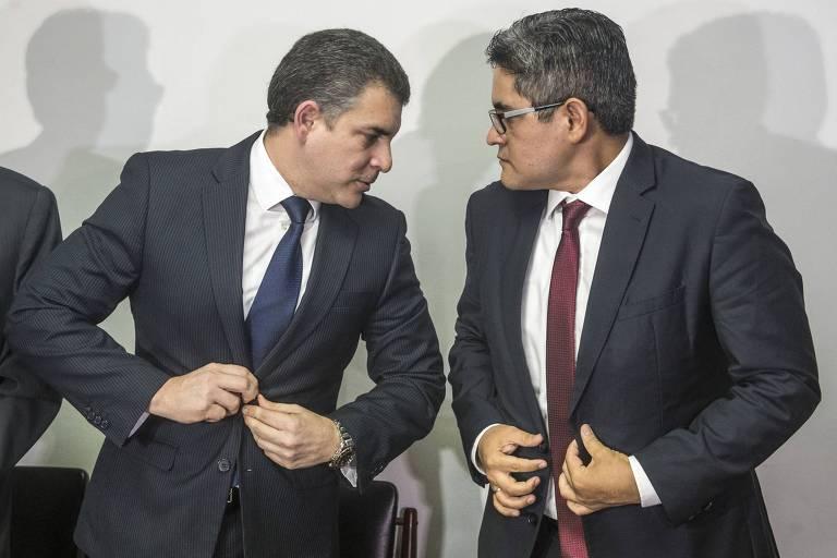 Os procuradores Rafael Vela (esq) e José Domingo Pérez durante entrevista coletiva em Lima após o afastamento