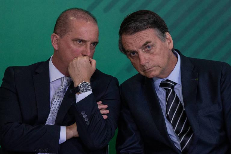 O presidente Jair Bolsonaro participa da cerimônia de transmissão de cargo ao lado de Onyx Lorenzoni (ministro da Casa Civil), no Palácio do Planalto, em Brasília
