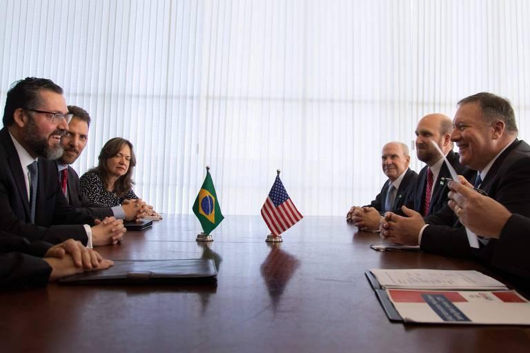 Ernesto Araújo (esq.) e Mike Pompeo (dir.) se reúnem no Palácio do Itamaraty, em Brasília