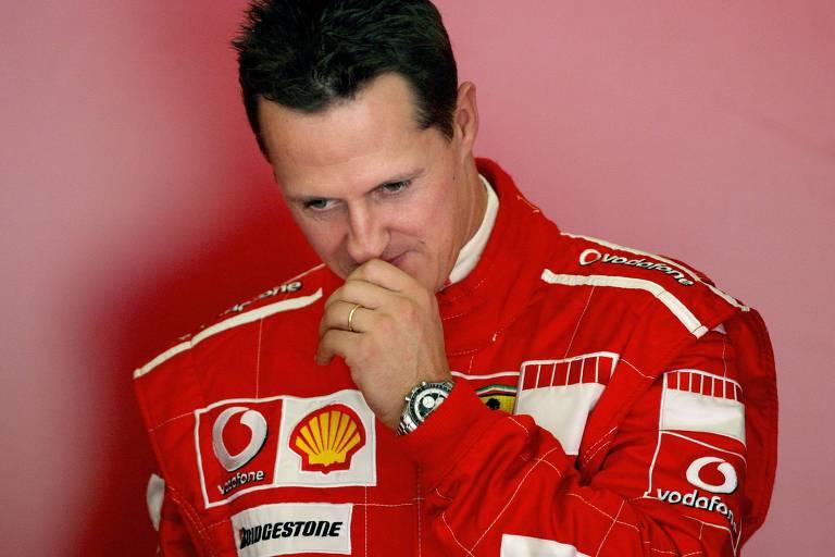 Michael Schumacher espera para entrar no carro antes de treino do circuito de Jerez, em 2006