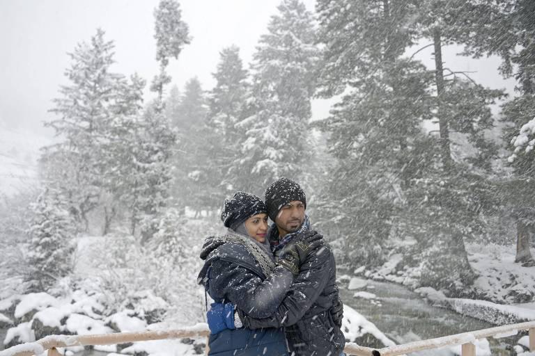 Casal posa durante nevasca nas proximidades de Srinagar, na Índia