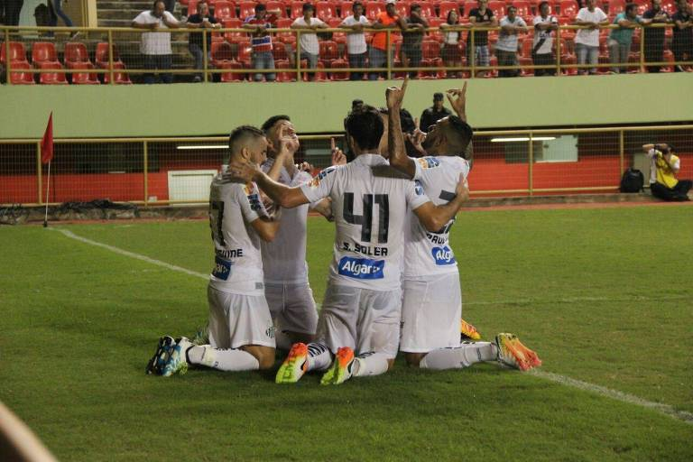 Santistas comemoram primeiro gol na vitoria do Santos por 3 a 0 contra o Galvez pela Copa do Brasil de 2016