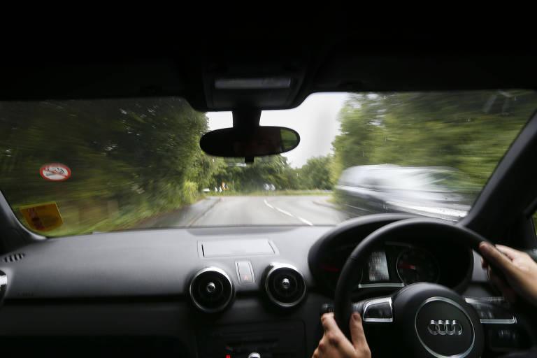 Pessoa dirige carro com mão inglesa, com volante do lado direito do veículo