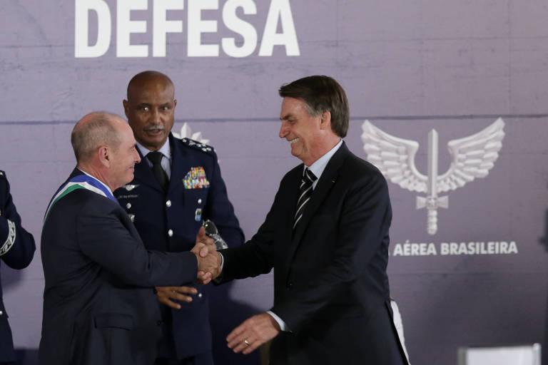O presidente Jair Bolsonaro cumprimenta o novo ministro da Defesa, o general Fernando Azevedo