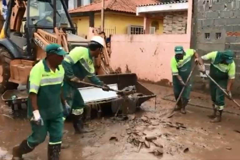 Equipes da Prefeitura de São Paulo trabalham em Perus após a chuva da madrugada de 19 de dezembro