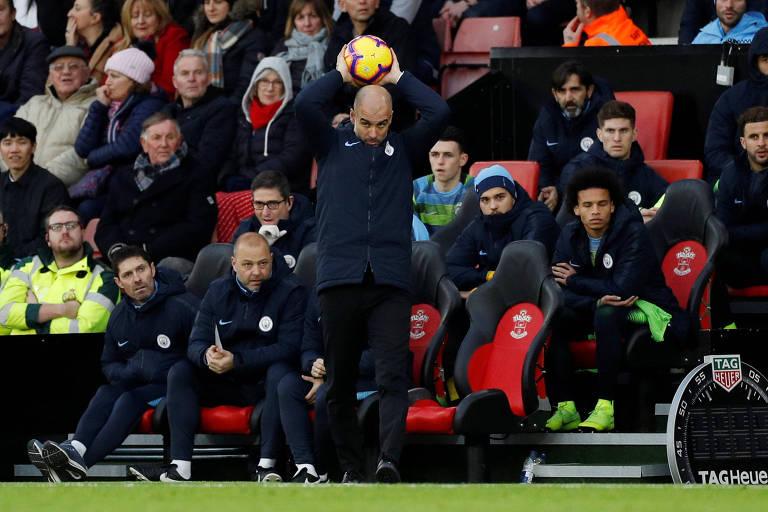 Guardiola devolve a bola para o campo durante a vitória do Manchester City sobre o Southampton, pela liga inglesa