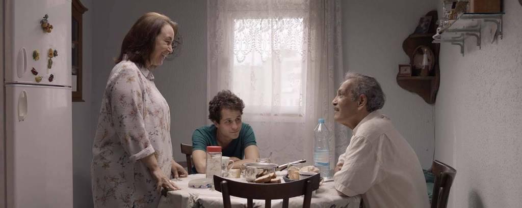 Mouna Mejri, Zakaria Ben Ayyed e Mohamed Dhrif em cena de 'Meu Querido Filho'