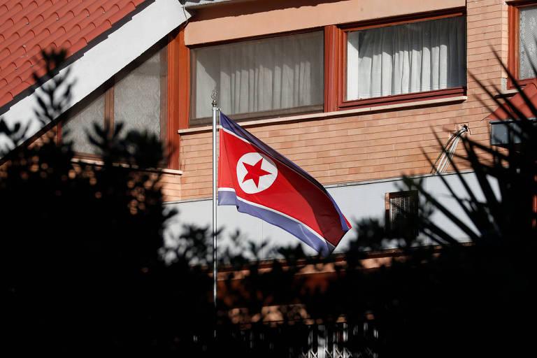 Bandeira da Coreia do Norte na embaixada do país em Roma, na Itália