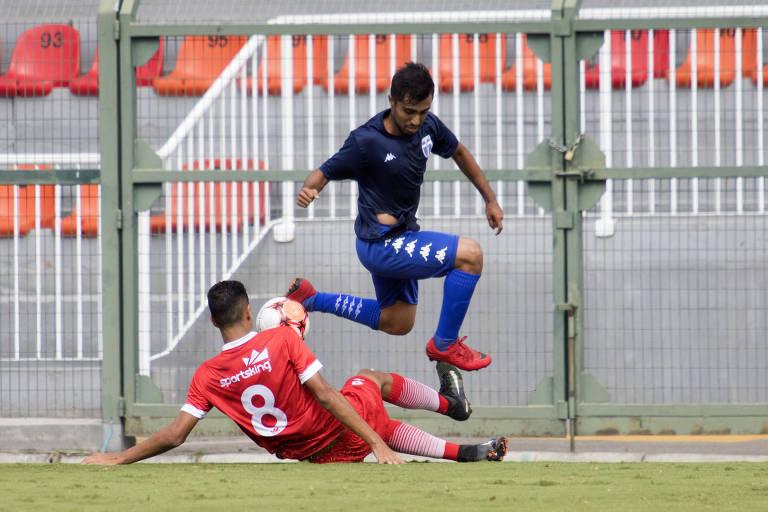 Lance durante a partida entre União Mogi e Atlético Mogi (de azul), válida pela Segunda Divisão do Campeonato Paulista de 2018