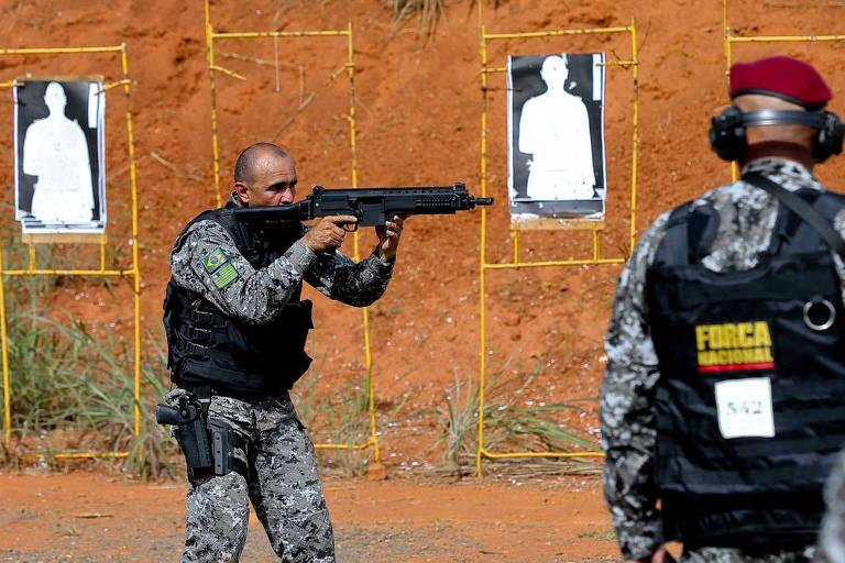 Bolsonaro atende policiais e escala AGU para defesa de agente federal de segurança