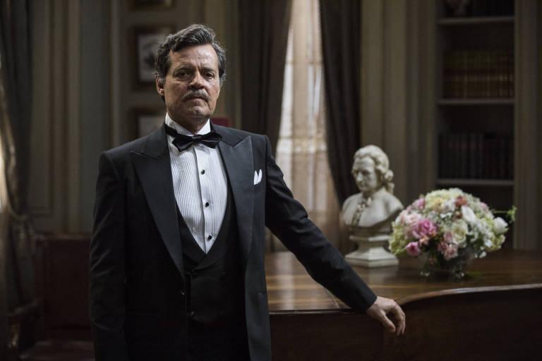 Felipe Camargo posa do personagem Eugênio, da novela Espelho da Vida, da Globo
