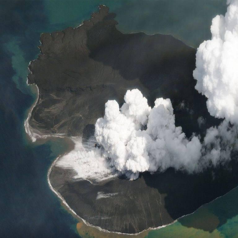 Vista aérea de vulcão na Indonésia