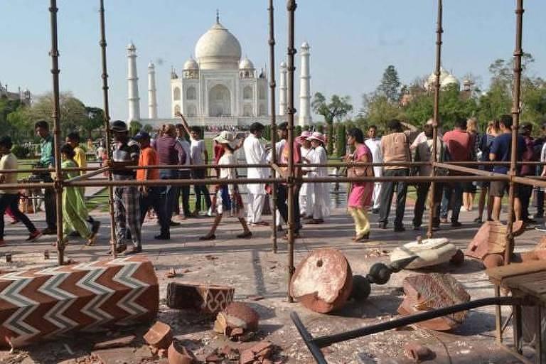 Fila em frente ao Taj Mahal