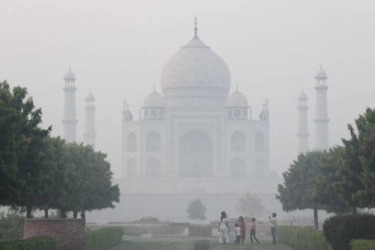 poluição do ar encobre o Taj Mahal