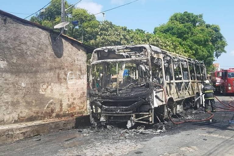Ônibus queimado no Jardim Castelão, em Fortaleza