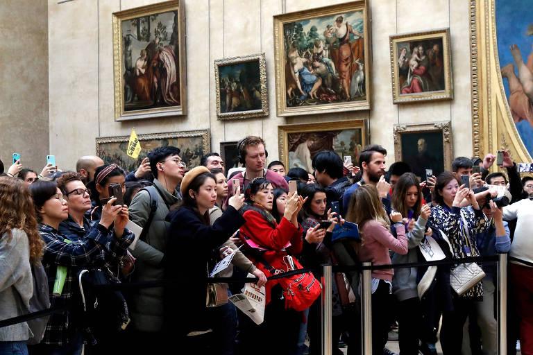 """Visitantes de aglomeram para fotografar a """"Mona Lisa"""""""