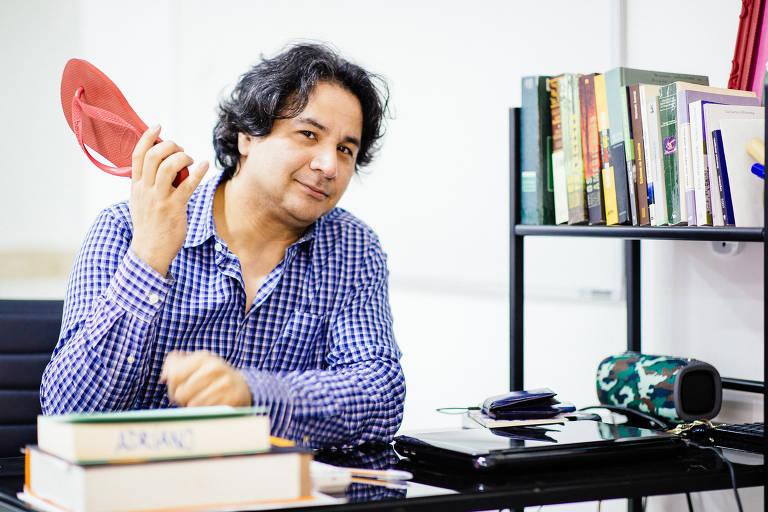 Adriano Chan, professor de redação, em sua escola, o Laboratório de Redação. Ele usa um pé de chinelo vermelho para 'punir' quem se distrai em sala de aula