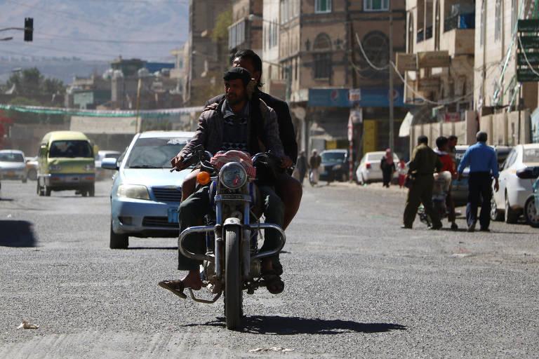 Governo cria campanha para registrar veículos em Saná, no Iêmen