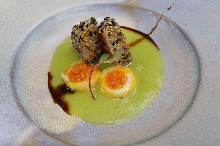 Atum com creme de aspargo e tempura de ovo de codorna com ovas de salmão