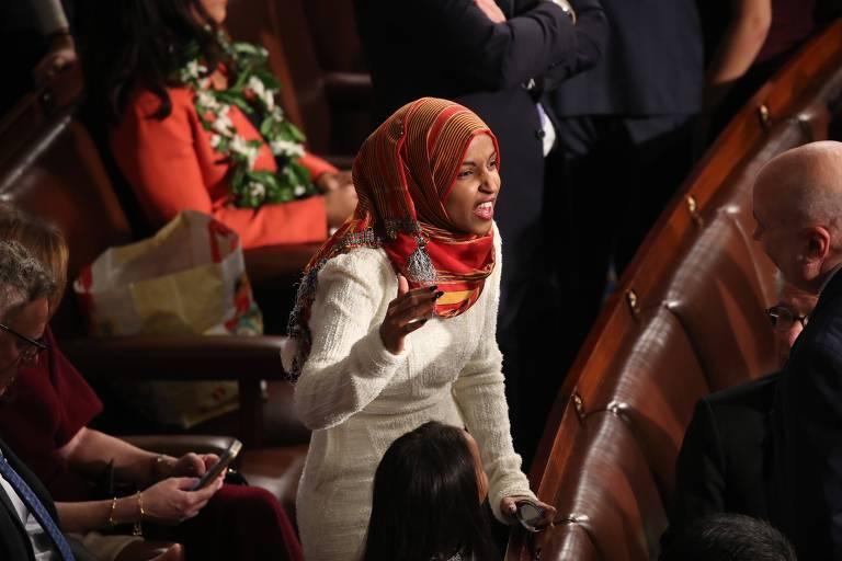 A democrata Ilhan Omar, eleita deputada por Minnesota, foi a primeira pessoa a usar um hiyab, tipo de véu islâmico, no Congresso americano