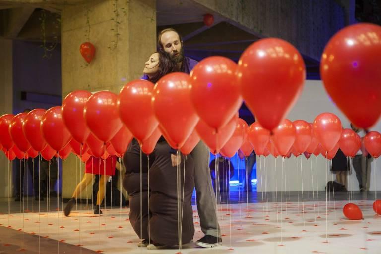 Cena do espetáculo 'Balões Vermelhos', da Cia. Etra de Dança Contemporânea