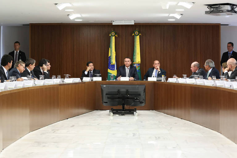 Jair Bolsonaro (ao centro), durante sua primeira reunião com ministros, nesta quinta (3)