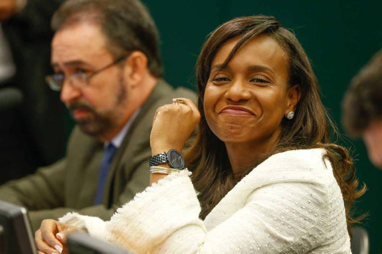 A deputada Tia Eron (PRB-BA), após dar o voto que desempataria a votação em desfavor de Eduardo Cunha (MDB-RJ) no Conselho de Ética da Câmara, em junho de 2016