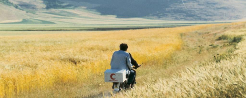 Cena de 'O Vento Nos Levará', filme de 1999 do iraniano Abbas Kiarostami, morto em 2016 e autor do livro de poesia 'Nuvens de Algodão'