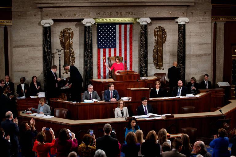 Sessão na Câmara é comandada por Nancy Pelosi, eleita mais cedo como a nova presidente da Casa