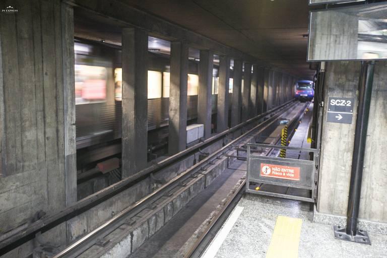 Cancela no final da plataforma da estação Santa Cruz do Metrô (linha 1-azul) por onde teria passado o garoto Luan de 3 anos. Ele foi achado morto dentro do túnel no dia 23 de dezembro de 2018