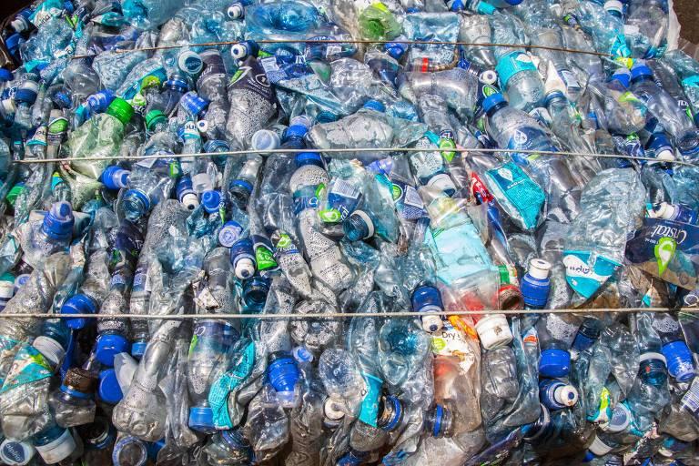 Garrafas plásticas encaminhas para reciclagem em Barva, Costa Rica