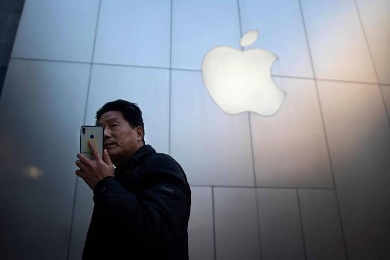 Homem usa iPhone em Pequim