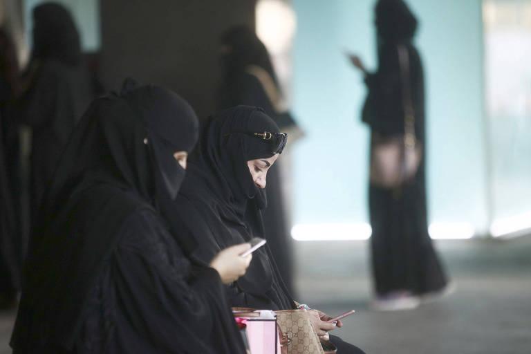 Female shoppers wearing traditional Saudi Arabian