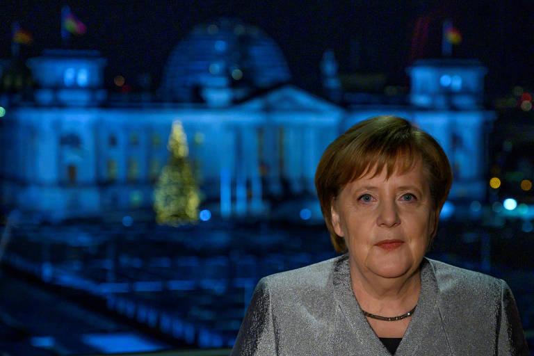 A chanceler alemã Angela Merkel, durante seu discurso de Ano-Novo em Berlim; ela foi uma das atingidas pelo vazamento