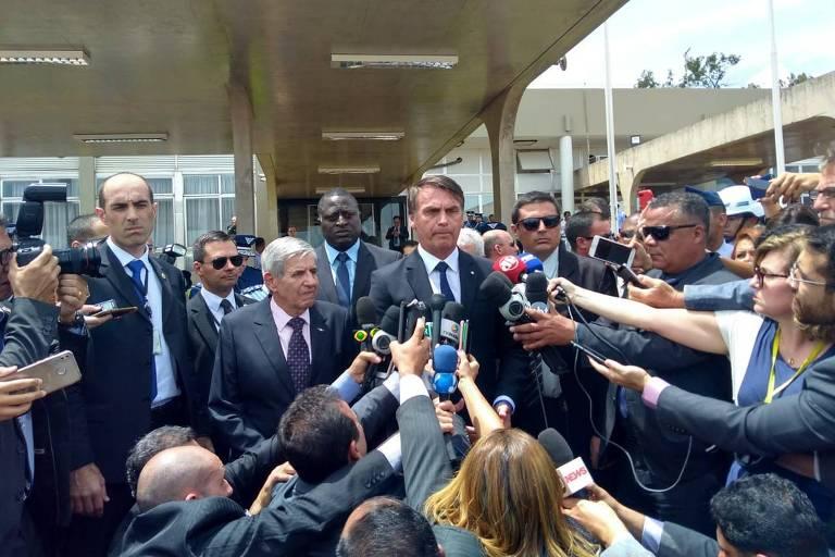 Presidente Jair Bolsonaro da entrevista coletiva na Base Aérea de Brasília