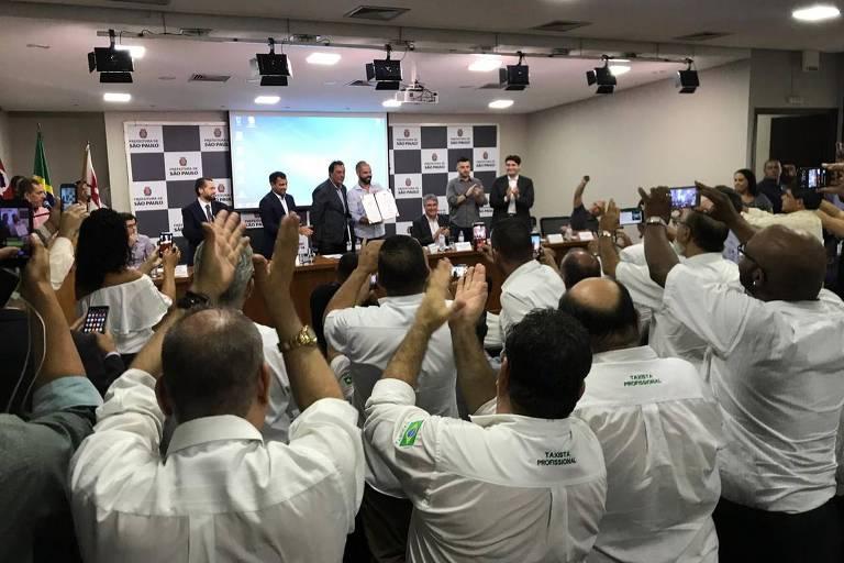 Taxistas aplaudem o decreto das novas regras aos aplicativos assinado por Bruno Covas