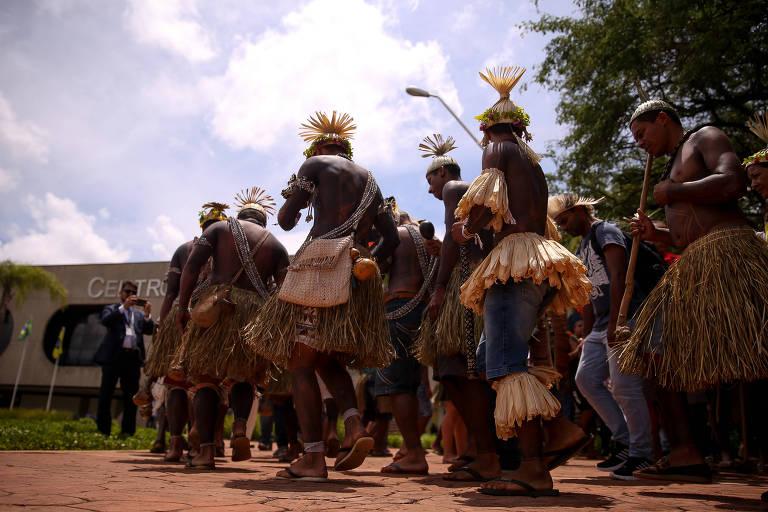 Índios de várias etnias fazem cantam e dançam em frente ao CCBB, em Brasília, onde funcionou o governo de transição. Eles queriam ser recebidos por um representante do governo Bolsonaro
