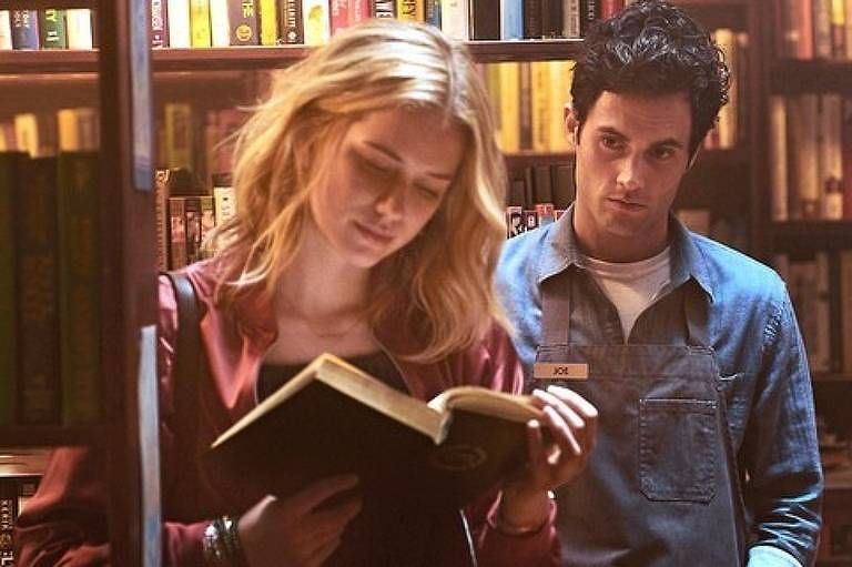 Beck (Elizabeth Lail) e Joe (Penn Badgley) em cena da série You