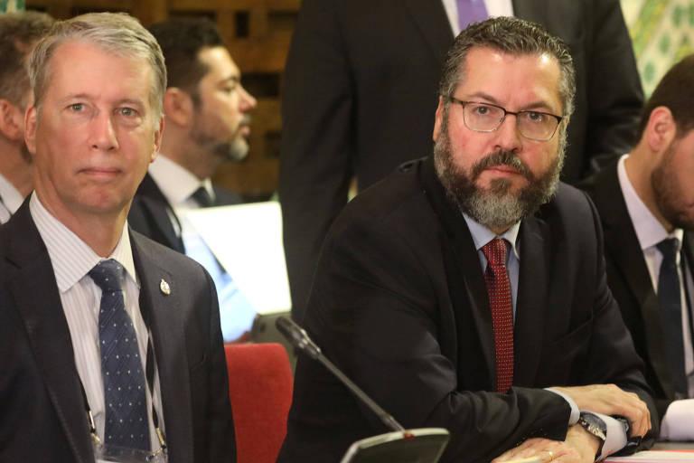 O chanceler brasileiro, Ernesto Araújo (à dir.), e o secretário do Parlamento do Canadá para relações exteriores, Andrew Leslie, em reunião do Grupo de Lima nesta sexta (4) que discutiu a crise na Venezuela