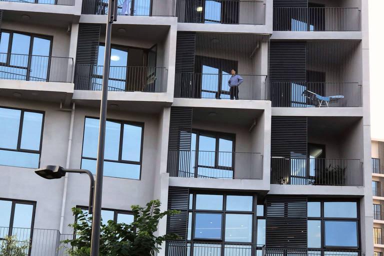 Jiankui He , o cientista que diz que criou os primeiros bebês geneticamente editados do mundo, em uma varanda de apartamento em Shenzhen, China.